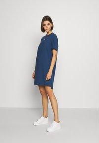 adidas Originals - ADICOLOR TREFOIL DRESS - Jerseykleid - night marine - 1