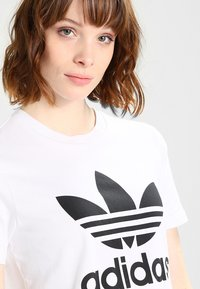 adidas Originals - ADICOLOR TREFOIL GRAPHIC TEE - T-shirt med print - white - 3