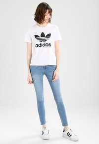 adidas Originals - ADICOLOR TREFOIL GRAPHIC TEE - Print T-shirt - white - 1