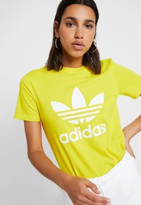 adidas Originals - ADICOLOR TREFOIL GRAPHIC TEE - T-shirt z nadrukiem - yellow - 4