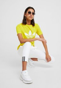 adidas Originals - ADICOLOR TREFOIL GRAPHIC TEE - T-shirt med print - yellow - 1
