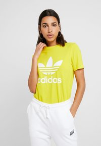 adidas Originals - ADICOLOR TREFOIL GRAPHIC TEE - T-shirt z nadrukiem - yellow - 0