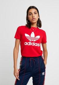 adidas Originals - ADICOLOR TREFOIL GRAPHIC TEE - Triko spotiskem - scarlet - 0