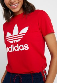 adidas Originals - ADICOLOR TREFOIL GRAPHIC TEE - Triko spotiskem - scarlet - 4