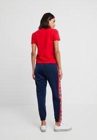 adidas Originals - ADICOLOR TREFOIL GRAPHIC TEE - T-shirt med print - scarlet - 2
