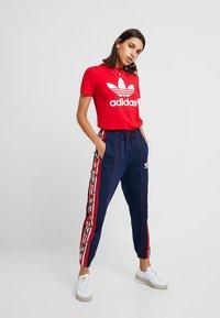 adidas Originals - ADICOLOR TREFOIL GRAPHIC TEE - T-shirt med print - scarlet - 1