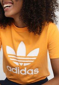 adidas Originals - ADICOLOR TREFOIL GRAPHIC TEE - T-shirt z nadrukiem - orange - 4