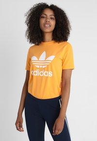 adidas Originals - ADICOLOR TREFOIL GRAPHIC TEE - T-shirt z nadrukiem - orange - 0