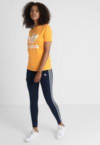 adidas Originals - ADICOLOR TREFOIL GRAPHIC TEE - T-shirt z nadrukiem - orange - 1
