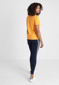 adidas Originals - ADICOLOR TREFOIL GRAPHIC TEE - T-shirt z nadrukiem - orange - 2