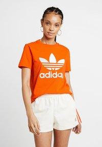 adidas Originals - ADICOLOR TREFOIL GRAPHIC TEE - T-shirt med print - orange - 0