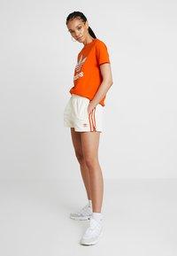 adidas Originals - ADICOLOR TREFOIL GRAPHIC TEE - T-shirt med print - orange - 1