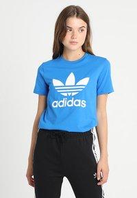 adidas Originals - ADICOLOR TREFOIL GRAPHIC TEE - T-shirts med print - bluebird - 0