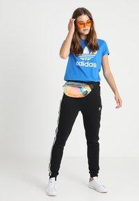 adidas Originals - ADICOLOR TREFOIL GRAPHIC TEE - T-shirts med print - bluebird - 1