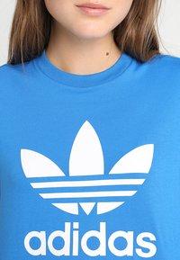 adidas Originals - ADICOLOR TREFOIL GRAPHIC TEE - T-shirts med print - bluebird - 5