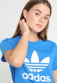 adidas Originals - ADICOLOR TREFOIL GRAPHIC TEE - T-shirts med print - bluebird - 3