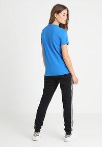 adidas Originals - ADICOLOR TREFOIL GRAPHIC TEE - T-shirts med print - bluebird - 2