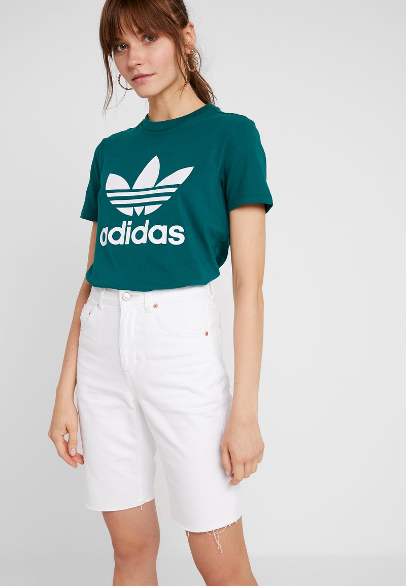 adidas Originals - ADICOLOR TREFOIL GRAPHIC TEE - T-shirts med print - noble green