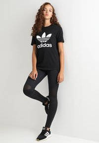 adidas Originals - ADICOLOR TREFOIL GRAPHIC TEE - T-shirt z nadrukiem - black - 1