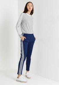 adidas Originals - ADICOLOR 3 STRIPES LONGSLEEVE TEE - T-shirt à manches longues - medium grey heather - 1