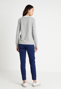 adidas Originals - ADICOLOR 3 STRIPES LONGSLEEVE TEE - T-shirt à manches longues - medium grey heather - 2