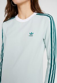 adidas Originals - ADICOLOR 3 STRIPES LONGSLEEVE TEE - Long sleeved top - vapour green