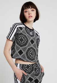 adidas Originals - CROP TEE - T-shirt imprimé - black - 0