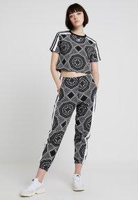 adidas Originals - CROP TEE - T-shirt imprimé - black - 2