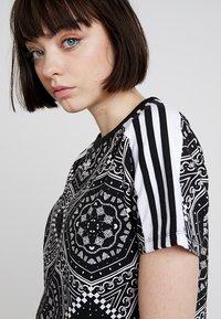 adidas Originals - CROP TEE - T-shirt imprimé - black - 4