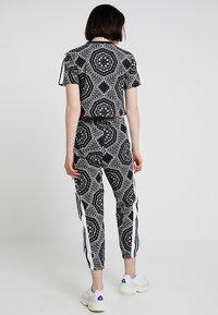 adidas Originals - CROP TEE - T-shirt imprimé - black - 3