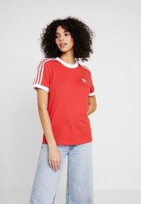 adidas Originals - STRIPES TEE - Camiseta estampada - lush red/white - 0