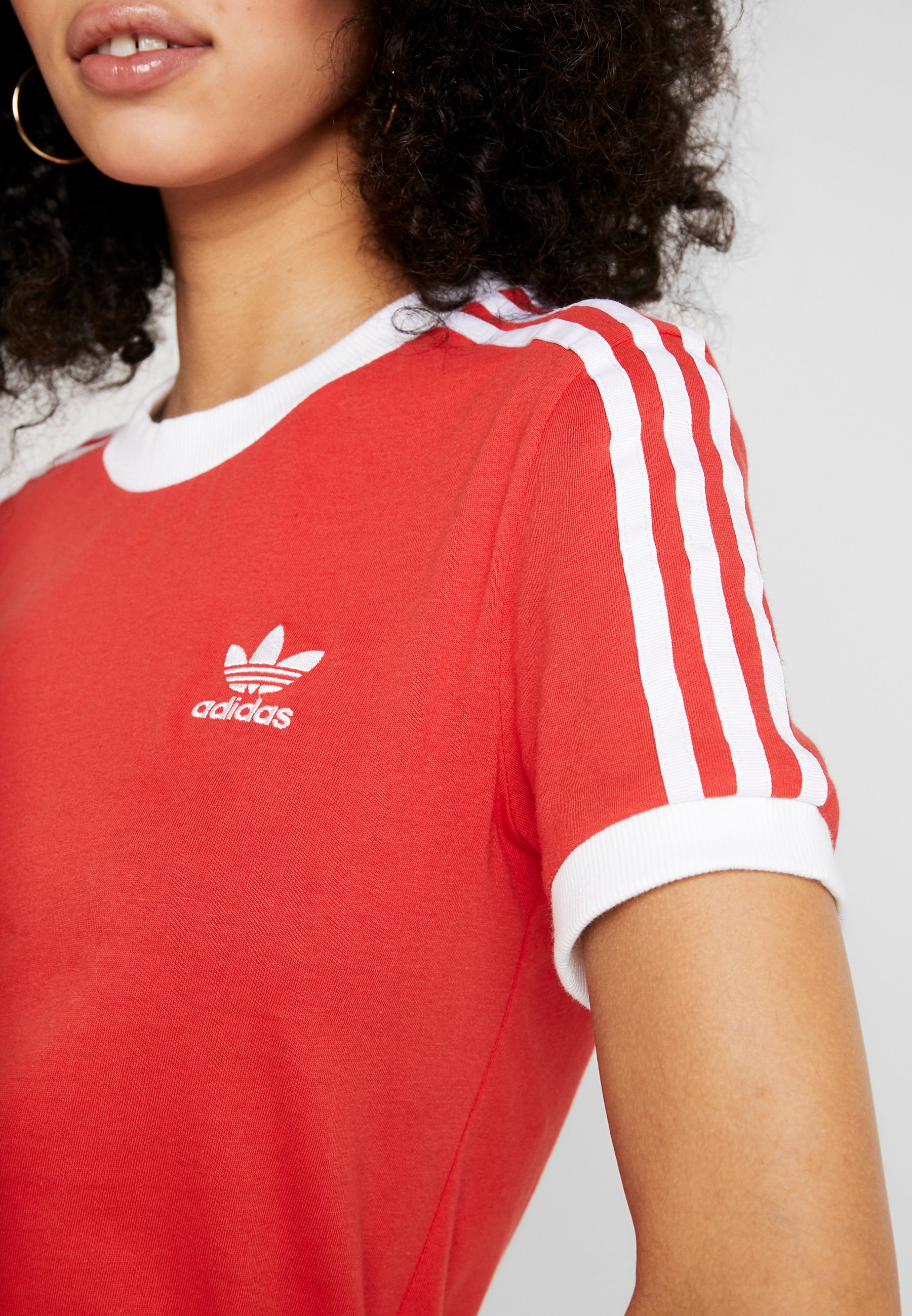 adidas Originals STRIPES TEE - T-shirt z nadrukiem - lush red/white