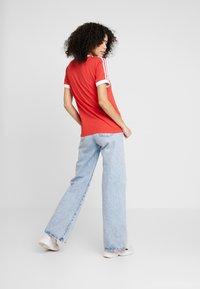 adidas Originals - STRIPES TEE - Camiseta estampada - lush red/white - 2