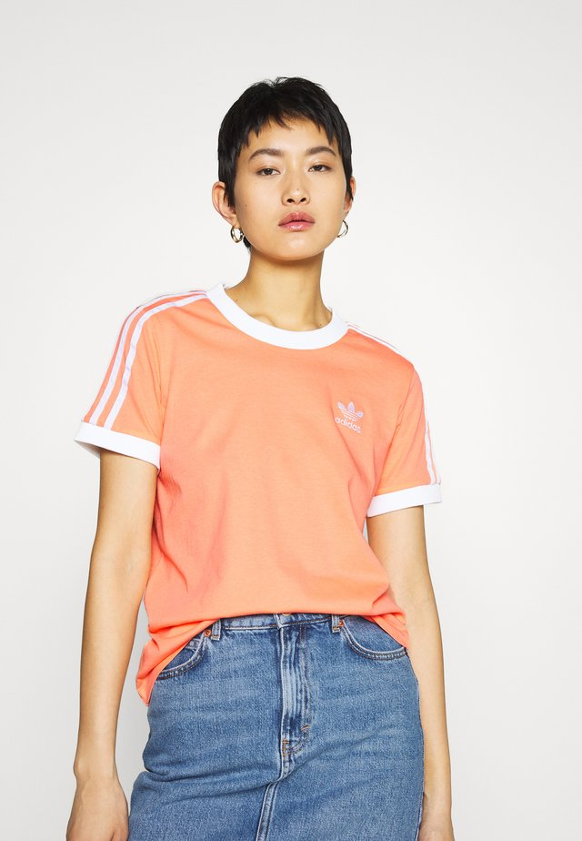ADICOLOR 3STRIPES SHORT SLEEVE TEE - Camiseta estampada - chalk/coral/white