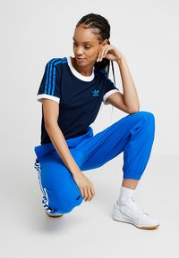 adidas Originals - STRIPES TEE - T-shirts med print - collegiate navy - 1