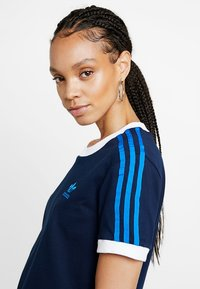 adidas Originals - STRIPES TEE - T-shirts med print - collegiate navy - 3