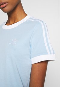 adidas Originals - ADICOLOR  STRIPES SHORT SLEEVE TEE - T-Shirt print - clear sky/white - 5
