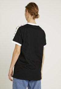 adidas Originals - PRIDE TEE - T-shirts med print - black/white - 2