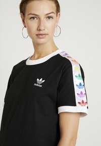 adidas Originals - PRIDE TEE - T-shirts med print - black/white - 3