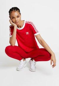 adidas Originals - TEE - T-shirt med print - scarlet - 1