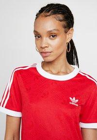 adidas Originals - TEE - T-shirt med print - scarlet - 4