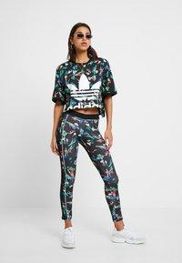 adidas Originals - TEE - T-shirts med print - multicolor - 1