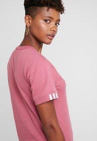 adidas Originals - RETRO LOGO TEE - T-shirt med print - trace maroon - 3