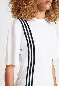 adidas Originals - TEE - Camiseta estampada - white - 4