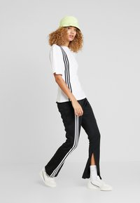 adidas Originals - TEE - T-shirt med print - white - 1