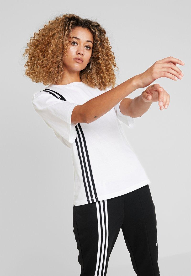 adidas Originals - TEE - T-shirt z nadrukiem - white