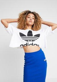 adidas Originals - CUT OUT TEE - T-shirt imprimé - white - 0