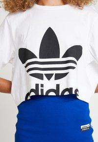 adidas Originals - CUT OUT TEE - Camiseta estampada - white - 5