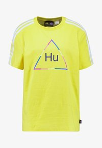adidas Originals - PHARRELL WILLIAMS 3 STRIPES GRAPHIC TEE - Camiseta estampada - yellow - 5