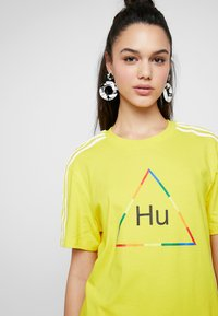 adidas Originals - PHARRELL WILLIAMS 3 STRIPES GRAPHIC TEE - Camiseta estampada - yellow - 3